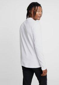 adidas Originals - STREETSTYLE GRAPHIC LONGSLEEVE TEE - Bluzka z długim rękawem - white - 2
