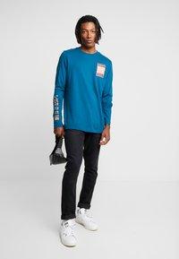 adidas Originals - STREETSTYLE GRAPHIC LONGSLEEVE TEE - Camiseta de manga larga - tech mineral - 1