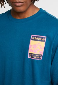 adidas Originals - STREETSTYLE GRAPHIC LONGSLEEVE TEE - Camiseta de manga larga - tech mineral - 4