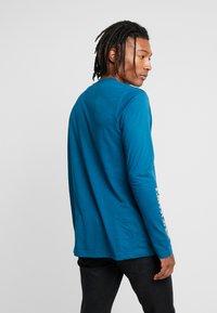adidas Originals - STREETSTYLE GRAPHIC LONGSLEEVE TEE - Camiseta de manga larga - tech mineral - 2