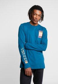 adidas Originals - STREETSTYLE GRAPHIC LONGSLEEVE TEE - Camiseta de manga larga - tech mineral - 0