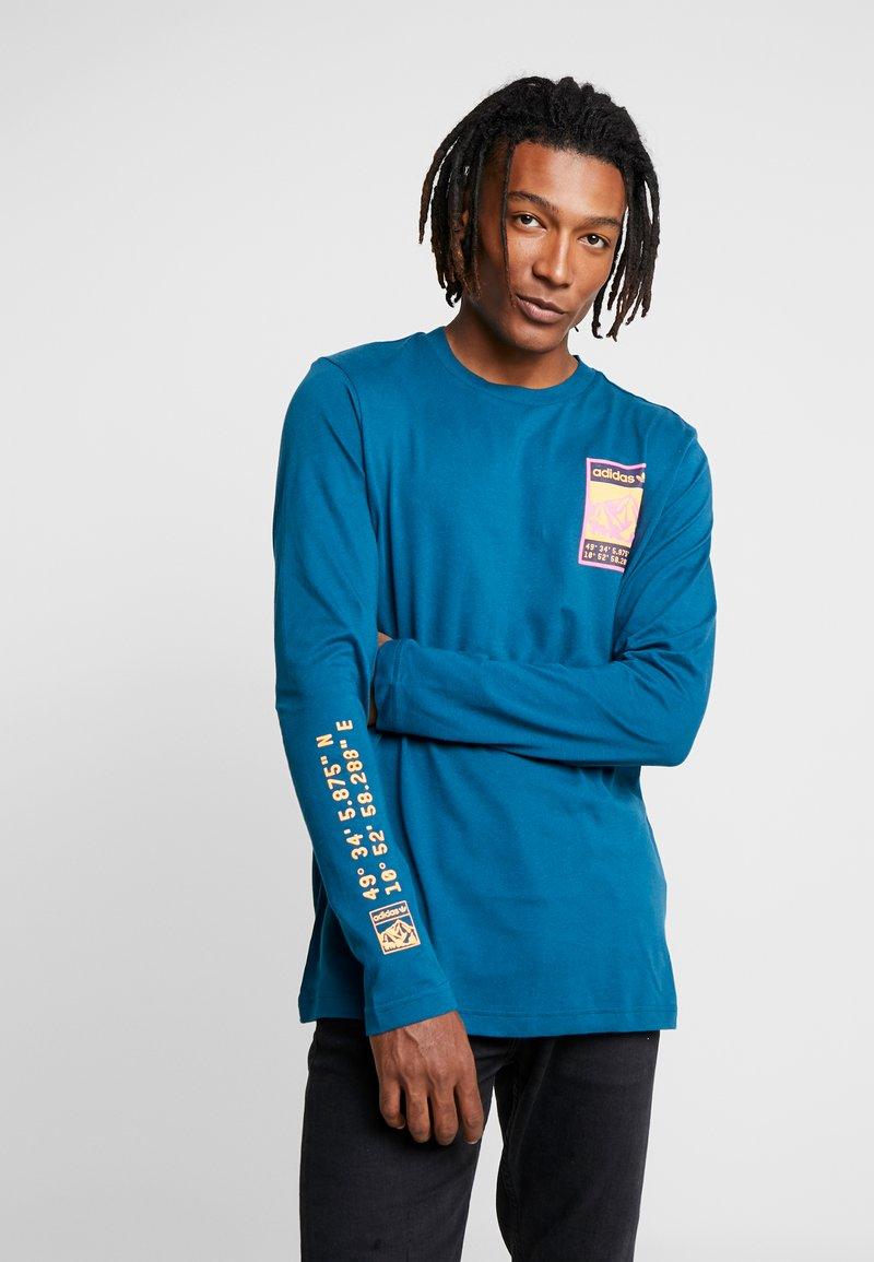 adidas Originals - STREETSTYLE GRAPHIC LONGSLEEVE TEE - Camiseta de manga larga - tech mineral