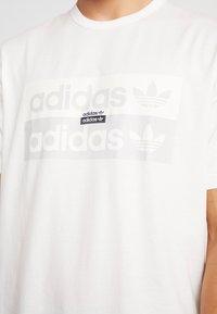 adidas Originals - REVEAL YOUR VOICE TEE - T-shirt print - core white - 5