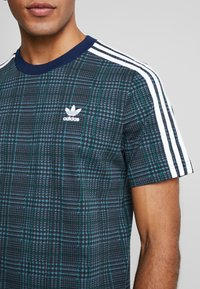 adidas Originals - TARTAN TEE - Camiseta estampada - multicolor/collegiate navy - 4