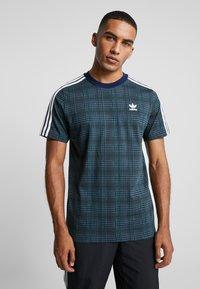 adidas Originals - TARTAN TEE - Camiseta estampada - multicolor/collegiate navy - 0