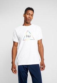 adidas Originals - PHARRELL WILLIAMS 3 STREIFEN TEE - T-shirts print - white - 0