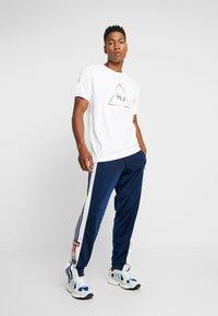 adidas Originals - PHARRELL WILLIAMS 3 STREIFEN TEE - T-shirts print - white - 1