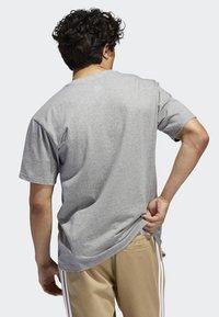 adidas Originals - SHMOO T-SHIRT - Print T-shirt - grey - 1