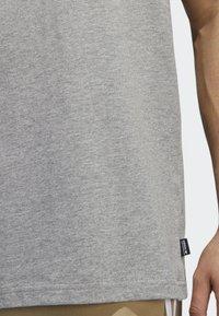 adidas Originals - SHMOO T-SHIRT - Print T-shirt - grey - 5