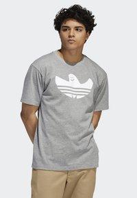 adidas Originals - SHMOO T-SHIRT - Print T-shirt - grey - 0
