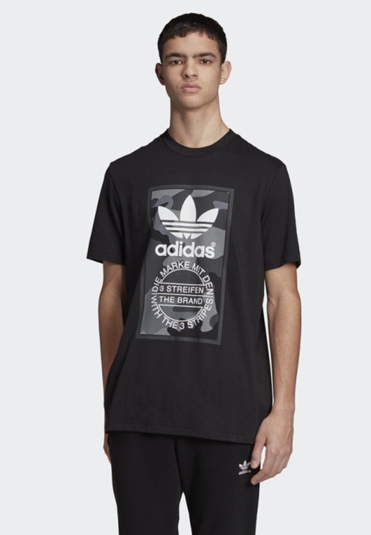 adidas Originals - CAMOUFLAGE TONGUE LABEL T-SHIRT - T-shirt con stampa - black