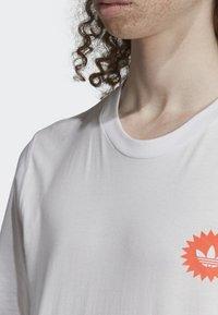 adidas Originals - BODEGA POSTER T-SHIRT - T-shirt imprimé - white - 5