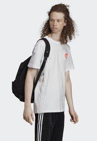 adidas Originals - BODEGA POSTER T-SHIRT - T-shirt imprimé - white - 4