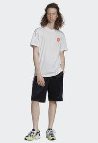 adidas Originals - BODEGA POSTER T-SHIRT - T-shirt imprimé - white - 1