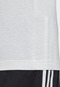 adidas Originals - BODEGA POSTER T-SHIRT - T-shirt imprimé - white - 7