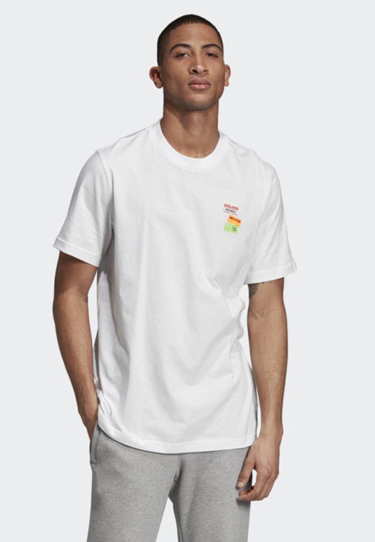 White T Originals Pricetag Bodega shirtImprimé Adidas IgvbfY6my7