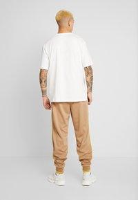 adidas Originals - R.Y.V. SHORT SLEEVE TEE - T-shirt z nadrukiem - core white - 2