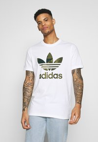 adidas Originals - CAMO INFILL TEE SHORT SLEEVE GRAPHIC TEE - T-shirt z nadrukiem - white/multicolor - 0