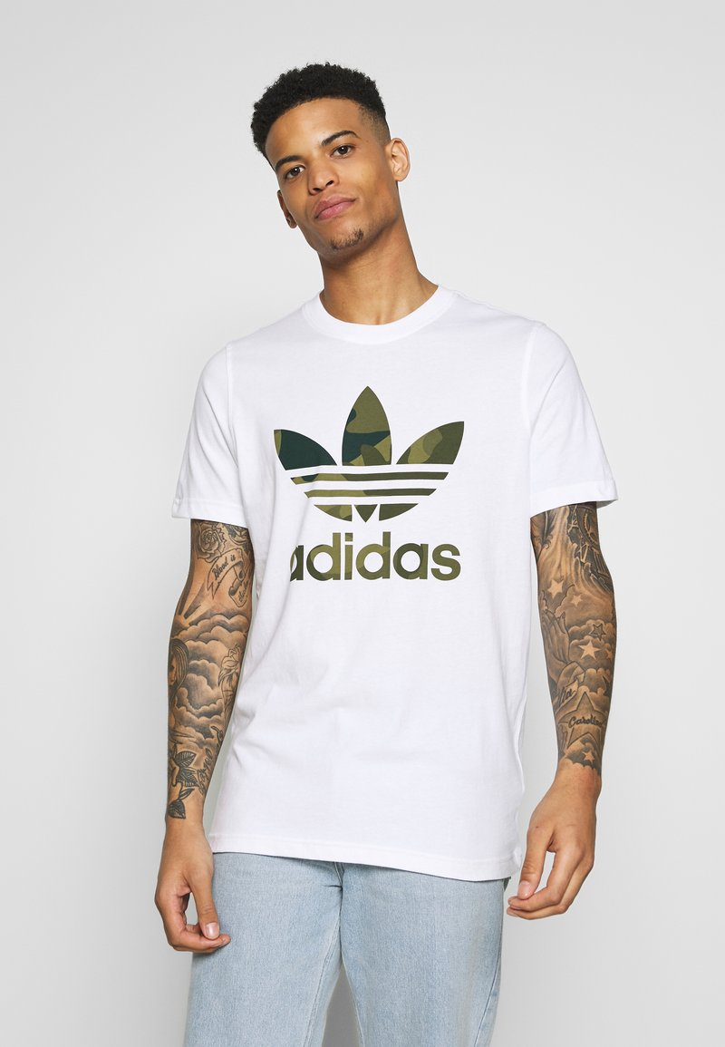 adidas Originals - CAMO INFILL TEE SHORT SLEEVE GRAPHIC TEE - T-shirt z nadrukiem - white/multicolor