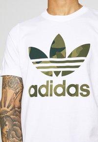 adidas Originals - CAMO INFILL TEE SHORT SLEEVE GRAPHIC TEE - T-shirt z nadrukiem - white/multicolor - 4