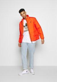 adidas Originals - CAMO INFILL TEE SHORT SLEEVE GRAPHIC TEE - T-shirt z nadrukiem - white/multicolor - 1