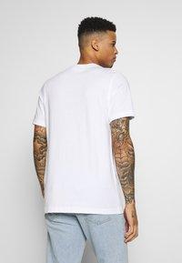 adidas Originals - CAMO INFILL TEE SHORT SLEEVE GRAPHIC TEE - T-shirt z nadrukiem - white/multicolor - 2