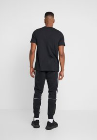 adidas Originals - CAMO INFILL TEE - T-shirt imprimé - black - 2