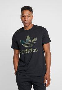 adidas Originals - CAMO INFILL TEE - T-shirt imprimé - black - 0