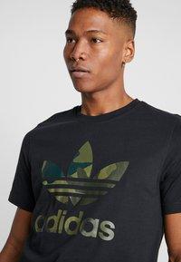 adidas Originals - CAMO INFILL TEE - T-shirt imprimé - black - 4