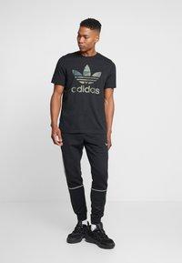 adidas Originals - CAMO INFILL TEE - T-shirt imprimé - black - 1