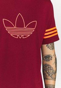 adidas Originals - OUTLINE TEE - T-shirt con stampa - collegiate burgundy - 4