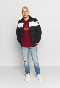 adidas Originals - OUTLINE TEE - T-shirt con stampa - collegiate burgundy - 1