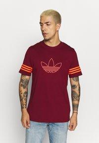 adidas Originals - OUTLINE TEE - T-shirt con stampa - collegiate burgundy - 0