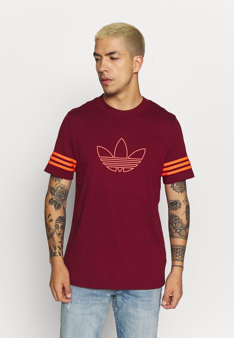 adidas Originals - OUTLINE TEE - T-shirt con stampa - collegiate burgundy