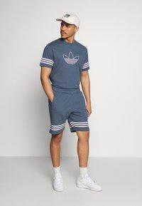 adidas Originals - OUTLINE TEE - Camiseta estampada - dark blue - 1