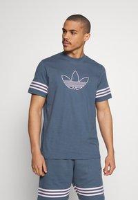 adidas Originals - OUTLINE TEE - Camiseta estampada - dark blue - 0