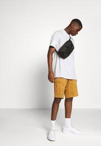 adidas Originals - OUTLINE TEE - T-shirt z nadrukiem - clear grey - 1