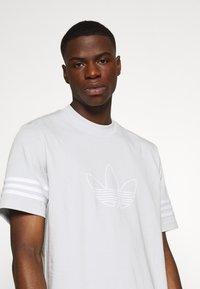 adidas Originals - OUTLINE TEE - T-shirt z nadrukiem - clear grey - 4