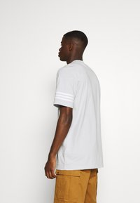 adidas Originals - OUTLINE TEE - T-shirt z nadrukiem - clear grey - 2