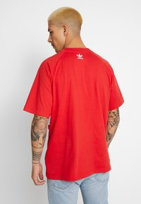 adidas Originals - TREFOIL TEE - Camiseta estampada - lush red - 2