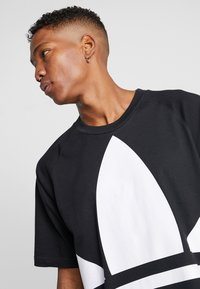 adidas Originals - TREFOIL TEE - T-shirt con stampa - black - 3