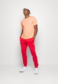 adidas Originals - ESSENTIAL TEE - T-shirt basic - chacor - 1