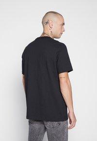 adidas Originals - ADICOLOR PREMIUM SHORT SLEEVE TEE - Camiseta estampada - black - 2