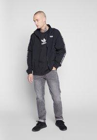 adidas Originals - ADICOLOR PREMIUM SHORT SLEEVE TEE - Camiseta estampada - black - 1