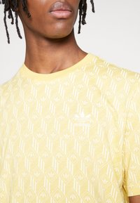 adidas Originals - MONOGRAM SHORT SLEEVE GRAPHIC TEE - Camiseta estampada - coryel/easyel - 5