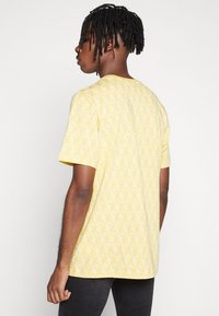 adidas Originals - MONOGRAM SHORT SLEEVE GRAPHIC TEE - Camiseta estampada - coryel/easyel - 2