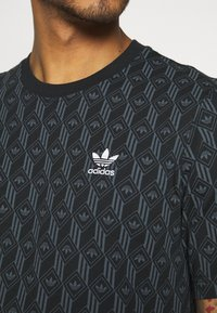 adidas Originals - MONO TEE - Camiseta estampada - black/boonix - 5