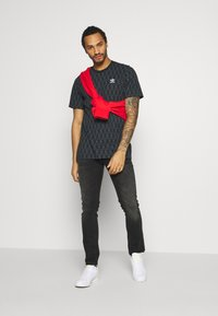 adidas Originals - MONO TEE - Camiseta estampada - black/boonix - 1