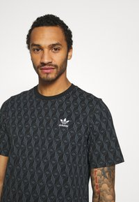 adidas Originals - MONO TEE - Camiseta estampada - black/boonix - 3