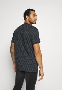 adidas Originals - MONO TEE - Camiseta estampada - black/boonix - 2
